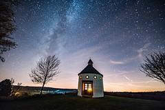 Votivkapelle Wahlhausen oberhalb von  Steffeln (clemensgilles) Tags: eifel germany deutschland nachtfoto astrophotography stargazing starlight stars chapel kapelle vulkaneifel milkyway sterne