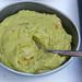 Guacamole - Avocado-Dip in einer Schüssel mit einem Löffel