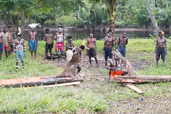 The carving begins (10b travelling / Carsten ten Brink) Tags: carstentenbrink 2018 arafura arafurasea asia asiapacific asian asie asien asmat asmatregency azmat desep iptcbasic indonesia indonesian indonesien irianjaya omanasep omandasep omandesep omanesep pacific pacificocean papoea papouasie papua papuaprovince papuan per southpapua westpapua ancestorpole ancestorveneration bisj bisjpole ceremony cmtb ethnicgroup headhunting kampung lodgepole mangroveswamp rainforest swamp tenbrink tidalswamp tree treetrunk village woodcarvers woodcarving