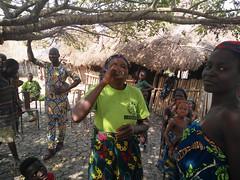 Corre el aguardiente. Aldea Holi. Benín (escandio) Tags: tribu otros holi benin2018 benin 2018 benín