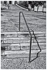 Fotografía Callejera (Street Photography) (Samy Collazo) Tags: pentaxauto1101978 pentax11024mmf28 pentaxmini pentax aristaedu100 110format formato110 smallformat formatopequeño escaleras stairs sanjuan oldsanjuan viejosanjuan puertorico bn bw streetphotography fotografiacallejera 16mm people gente sombra shadow
