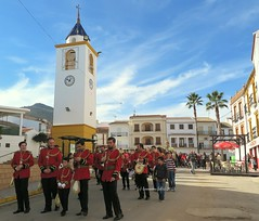 Músicos. Alameda (Málaga) (lameato feliz) Tags: alameda músicos procesión escenaenlacalle torre
