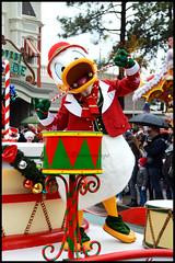 La Parade de Noël (ramonawings) Tags: duffy lutin elfe christmas noel avion clown clarabelle cuisiniere cooker cocolapin coco lapin tic tac ticettac cheap dale cheapanddale chipanddale mickey donald donaldduck disney parade disneyparade paradedenoel christmasparade disneychristmasparade disneylandparis disneyland paris france hiver dlp