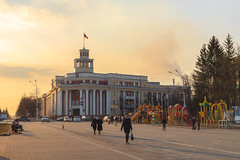 Spring evening in the center of Kemerovo city (man_from_siberia) Tags: spring april city cityscene street evening kemerovo siberia people architecture sky goldensky goldentones urban canon eos 5d dslr canoneos5d canon5d canon5dclassic canon5dmk1 50mm canonef50mmf18ii russia россия сибирь кемерово