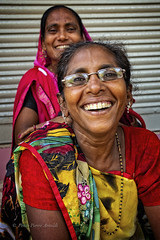 DIU : PORTRAIT DE FEMMES SOURIANTES SUR LA RUE (pierre.arnoldi) Tags: diu damanetdiu inde in pierrearnoldi artistequébécois photoderue portraitdefemme photographequébécois photographeroninstagram photographeronflickr on1photoraw2018 canon6d
