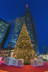 Gae Aulenti, Natale 2018 (Fil.ippo) Tags: milano milan piazzagaeaulenti torreunicredit unicredittower natale christmas xmas alberodinatale christmastree doni gift night bluehour filippo filippobianchi d610 nikon hdr weihnachten portanuovadistrict merrychristmas buonnatale