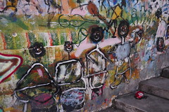 Déambulations madrilènes, la vie des villes, plaza de Artuto Barea, Lavapiés, Madrid, Castille, Espagne. (byb64) Tags: madrid castille vieillecastille castilla castillalavieja eu europe europa espagne espana spain spagna spanien ue ville town city ciudad stadt lavapiés comunidaddemadrid citta tabacalera tabacaleradelavapiés streetart fresque affreschi fresques frescoes frescos fresko mural murales arturbain urbanart arteurbano artecallejero artedistrada