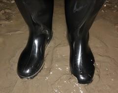 Nora (essex_mud_explorer) Tags: black wellies wellingtons wellingtonboots rubberboots gumboots gummistiefel rainboots bottes nora dolomite noradolomite noradolomit mud muddy matsch schlamm boue muddyboots