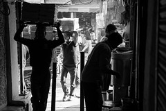 Street shot, New Delhi India (mafate69) Tags: asia asie asiedusud subcontinent southasia souscontinent newdelhi delhi olddelhi street streetshot streetlevelphoto city candid rue reportage documentaire documentary photojournalisme photoreportage photojournalism mafate69 noiretblanc nb bw blackandwhyte light lumière carrier