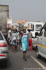 Street vendors in traffic (10b travelling / Carsten ten Brink) Tags: 10btravelling 2017 accra africa african afrika afrique carstentenbrink elmina ghana ghanaian goldcoast gulfofguinea iptcbasic places westafrica coast shore streetvendor tenbrink traffic vendor