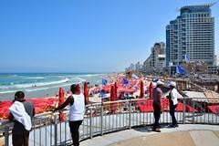 Tel-Aviv beach /  Royal Beach / Banana Beach (Pantchoa) Tags: israël telaviv beach rotalbeach page mer méditerranée parasols rouge cielbleu personnes noirs immeubles maisons hôtel vagues rivage frontdemer vacances bananabeach