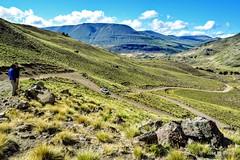 Bajan rápido las curvas (pepelara56) Tags: camino sendero ruta serpenteante curvas curva montañas árido pendiente rocas curve