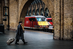 Through the arch (Mark Gowing) Tags: kingscrossstation dvt 82227 lner station railway