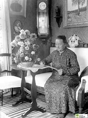 tm_5782 (Tidaholms Museum) Tags: svartvit positiv blomsterkorg uppvaktning interiör kvinna möbler