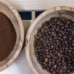 Gemahlener Bio Kaffee und Kaffeebohnen in Holzschalen  - Aufsicht thumbnail