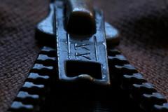 Sur la crémaillère (domiguichard) Tags: métal couture zip fermetureéclair