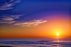 Le soleil se couche mais ne dort jamais! (Ciceruacchio) Tags: sunset tramonto coucherdesoleil light luce lumière sea mer mare ocean oceano acqua atlanticcoast costaatlantica côteatlantique medoc france francia frankreich nikond750 groupenuagesetciel