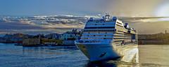 Manoeuvre dans le port de Valletta (thierrybalint) Tags: nikon nikoniste msc croisière navire paquebot port valletta sunrise harbor boat ship cruise ciel sky nuages clouds ville city seaview croisièremsc malte magnifica