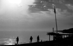BIBIONE. BLACK & WHITE. (FRANCO600D) Tags: bibione spiaggia bw bianconero blackwhite inverno silhouette sagome people gente veneto italia italy italie italien bellitalia canon eos6dmarkii 6dmarkii canon6dmarkii franco600d mareadriatico mare sea adriaticsea nordest cielo sky nuvole clouds