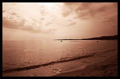 Rosso di sera buon tempo si spera... (Claudio Taras) Tags: canona1 superia200 analogica analogico film shadow sardegna santeodoro spiaggia explore expired onde sepia 35mmfilm claudio controluce fd24mm