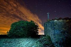 PASEO NOCTURNO (alfredo2057) Tags: alfredo azul arbol paredes vegetacion noche rojo nikon luz largaexposicion lineas linterna planta navarra nocturna nubes otoño color monte cielo estrellas campo casa