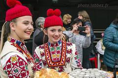 Sofia, Bulgarie (louis.labbez) Tags: 2018 novembre europe sofia bulgarie ue labbez femme woman bread pain rakia alcool costume tradition folklore bonnet rouge red regard