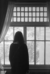 窓辺の美少女