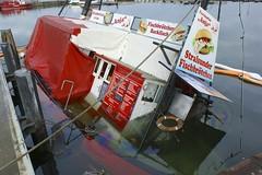 Es wird schwierig den Kutter zu heben... (Carl-Ernst Stahnke) Tags: kutter leck fischbrötschen stralsund hafen anleger strelasund hansestadt rettungsring touristen anja backfisch