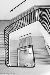 Escaleras (Juan Miguel) Tags: bn bw blackandwhite blancoynegro comunidadvalenciana españa europa europe juanmiguel sonydschx60 spagne spain spanien architecture arquitectura escaleras interior stairs