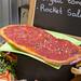 Eine Pizza mit Tomatensoße und Oregano