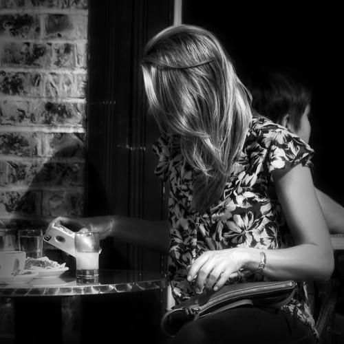 Smartphone and Dark Form /  Jeune femme et visage noir