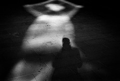. (RoryO'Bryen) Tags: roryobryen rangefinder rollo cambridge cambridgeuk cambridgeshire blackandwhite blancoynegro biancoenero noiretblanc shadows sombras ombre light shimmer standdeveloped stand rodinal1100 iso400 rodinal dark obscur leicamp 35mmsummiluxmasph telémetro