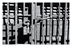 Pentax Auto 110 (1978) (Black and White Fine Art) Tags: pentaxauto1101978 pentax11024mmf28 pentaxmini pentax 110format formato110 smallformat bn bw sanjuan oldsanjuan viejosanjuan puertorico