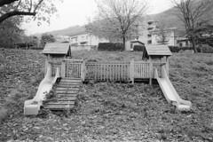 Maslianico, Via Moia, 2018 (sirio174 (anche su Lomography)) Tags: pentaxmesuper ilfordhp5800 maslianico viamoia parcogiochi parchigiochi playgrounds playground parco giochi italia italy