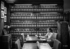 en passant par KL (Jack_from_Paris) Tags: p1000196bw panasonic dmcgx8 micro 43 pancake14mmf25asph pancake raw mode dng lightroom rangefinder télémétrique capture nx2 lr monochrom noiretblanc bw wide angle kl kuala lampur street saké alcool restaurant femme woman pc