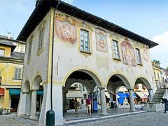 Italie, le Lac d'Orta, les accades de l'ancien Palais d'Orta San Jiulio (Roger-11-Narbonne) Tags: lac orta place ville san jiulio palais peinture