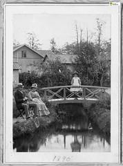 tm_11030 - Fam Lidwall 1890 (Tidaholms Museum) Tags: svartvit positiv byggnad building exteriör exterior bro bridge trädgård garden 1890 family familj bostadshus furniture
