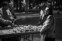 Pomegranate Juice at Night (Tom Levold (www.levold.de/photosphere)) Tags: fuji marokko xpro2 xf35mmf2 fez street sw bw granatäpfel streetvendor pomegranates strasenhändler candid couple paar nacht night