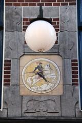 De Witte Ballons (just.Luc) Tags: lamp light lantern knight ridder chevalier horse pferd paard cheval ritter gevel facade façade building gebouw gebäude bâtiment holland utrecht nederland paysbas niederlande netherlands europa europe circle cercle kreis cirkel rond round