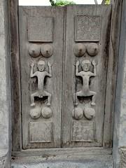 Porte ancienne sculptée. KEROBOKAN BALI. (GeckoZen) Tags: primitifart indonesia woodcarving sculpture kerobokan bali door porte