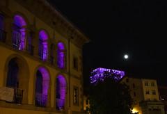 El Ermua Antzokia y el Ayuntamiento, iluminados de morado por el Día Internacional contra la Violencia hacia las Mujeres.