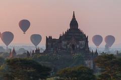 Lever du soleil sur Bagan (Seb & Jen) Tags: bagan myanmar burma birmanie mandalayregion myanmarbirmanie oldbagan nyaungu royaumedepagan temple pagoda pagode bulethi montgolfiere balloon sunrise lever soleil
