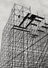 Trabajo en altura (carlos_ar2000) Tags: andamio scaffold trabajo work trabajador worker altura height caño pipe angulo angle estructura structure calle street buenosaires argentina