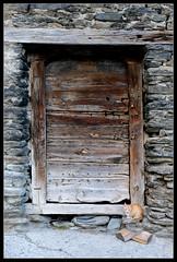 El guardián (Aleix VU) Tags: gat gato cat arestui llavorsí porta puerta door