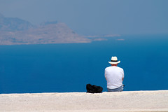 Am Meer / By the Sea (Christian Morgenstern) (Gerald Lang) Tags: meer sea mer mann man homme griechenland greece rhodos rhodes lindos hut hat