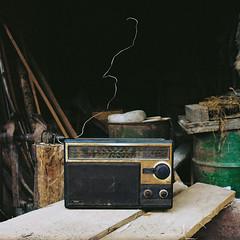 Radio, Pyrénées, France, 2012 (MJManley) Tags: radio planches atelier outils menuiserie ancien récupération antenne bois baril