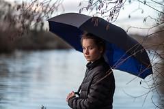Petit crachin (Nicolas Hoizey) Tags: 56mm draveil essonne europa europe france fujifilm fujifilmxt2 fujinon fujinonxf56mmf12r iledefrance portauxcerises xt2 bleu blue eau grey gris lac lake parapluie portrait umbrella water fr