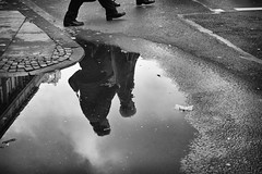 OKSF 247 (Oliver Klas) Tags: okfotografien oliver klas street streetfotografie streetphotography strassenfotografie streetart streetphotographer streetphoto stadtleben streetlife streetculture urban schwarzweis schwarzweissfotografie blackandwhite monochrom farblos abstrakt dunkel hell grau schwarz weiss black white sw schwarzweiss personen people menschen persons volk familie angehörige bewohner bevölkerung leute europäer mann frau gesellschaft menschheit mensch völker kunst art künstler kultur künstlerisch deutschland germany stadt city europa deutsch staat westdeutschland ostdeutschland norddeutschland süddeutschland de