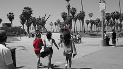 2015-04-01_13-36-38_ILCE-6000_DSC05017 (Miguel Discart (Photos Vrac)) Tags: 2015 34mm beach colourcutout cutout e1670mmf4zaoss focallength34mm focallengthin35mmformat34mm ilce6000 iso100 losangeles plage selectivecolor sony sonyilce6000 sonyilce6000e1670mmf4zaoss venicebeach partialcolorred pictureeffectpartialcolorred