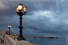 Un attimo prima della tempesta (francescasmal) Tags: mare nubi tempesta lampioni lungomare